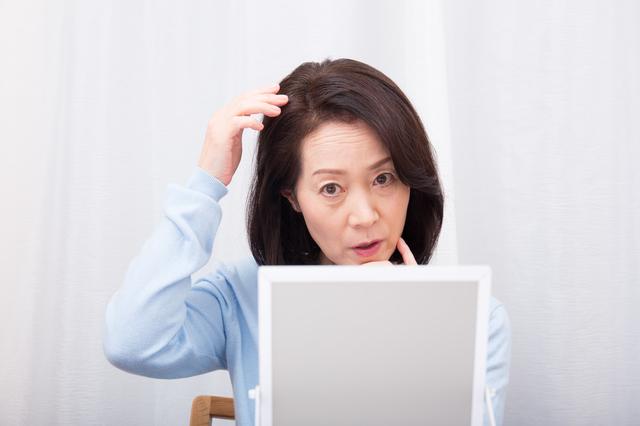【育毛の基礎知識】女性の抜け毛(薄毛)の原因とは?